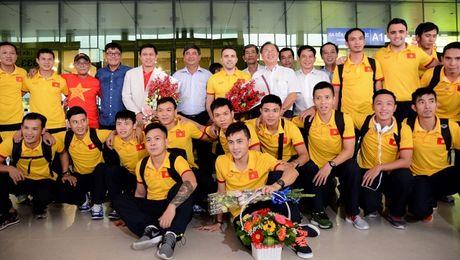 Tuyen Futsal Viet Nam nhan thuong nong 1,5 ty ngay tai san bay - Anh 2