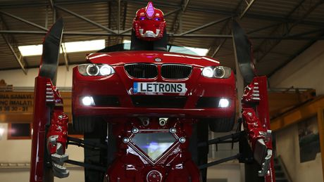 Xe BMW bien hinh thanh robot Transformer: xe chay duoc, robot chua di duoc - Anh 1
