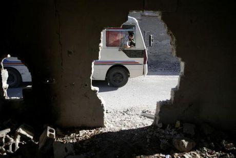 Lenh ngung ban Syria vo hieu, quan Assad trut bom bu - Anh 1