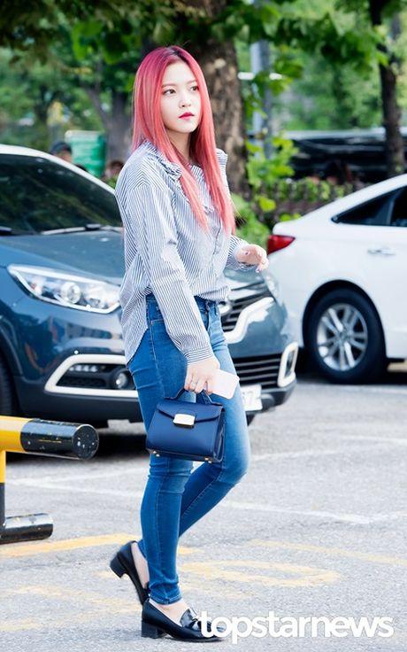 Nu than cua I.O.I va Red Velvet do sac tren duong den Music Bank - Anh 5