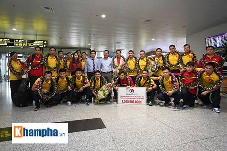 DT futsal Viet Nam ve nuoc duoc thuong nong 1,5 ty dong - Anh 8