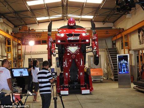 'Hoa phep' BMW thanh robot Transformer bang mot nut bam - Anh 1