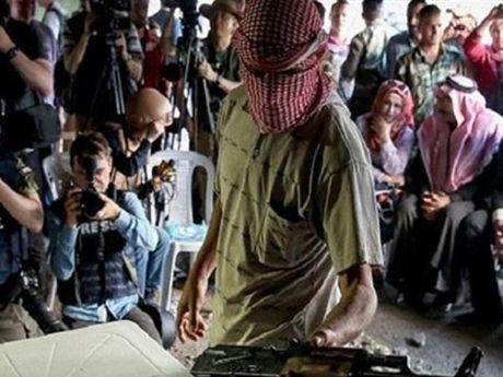 Syria: Hon 700 phien quan o Sweida, Homs chap nhan dau hang, ha vu khi - Anh 1