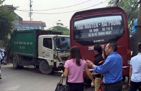 Xe cho rac lam loan, 6 nguoi thuong vong - Anh 1