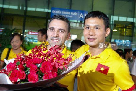 Nhung nguoi hung futsal Viet Nam tro ve trong vong tay vo con va nguoi than - Anh 10