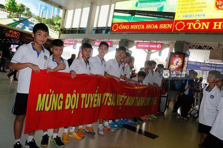 Nhung nguoi hung futsal Viet Nam tro ve trong vong tay vo con va nguoi than - Anh 3