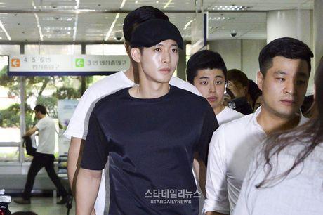 Vu kien tinh duc cua Kim Hyun Joong, Yoochun: Tien de ran de doi tuong vu khong sao Han - Anh 1