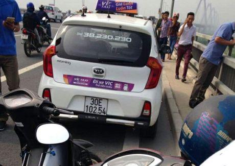 Tai xe taxi bo xe roi nhay cau Nhat Tan - Anh 1