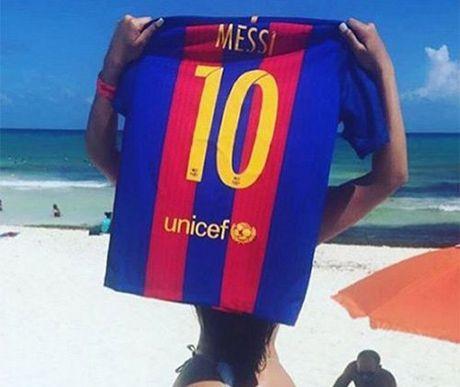 Hoa hau vong 3 lai khien bo Messi soi mau vi ghen - Anh 1