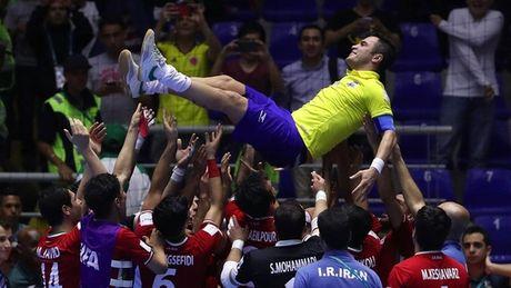 Xem video doi thu Iran tung ho 'Ong vua futsal' Falcao - Anh 1
