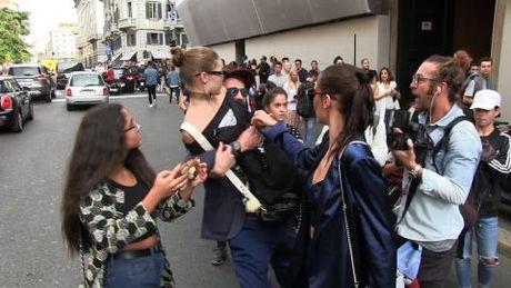 Gigi Hadid bi ke tung gay han Brad Pitt, Kim Kardashian 'quay roi' giua pho - Anh 1