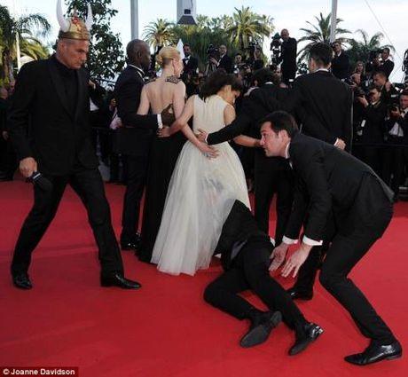 Gigi Hadid bi ke tung gay han Brad Pitt, Kim Kardashian 'quay roi' giua pho - Anh 5