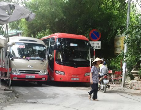 Nup bong hop dong, ben coc xe du moc sat nach UBND phuong Phuong Liet - Anh 1