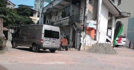 Nup bong hop dong, ben coc xe du moc sat nach UBND phuong Phuong Liet - Anh 2