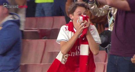 Fan nhí phát khóc vì quà tặng từ Oezil