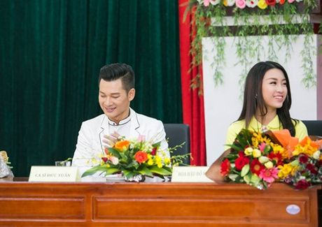 """Ca si Duc Tuan va HH Do My Linh """"nen duyen"""" trong Ly Son – dao tinh yeu - Anh 2"""