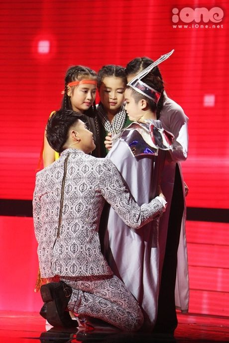 Co be 9 tuoi hat rock duoc HLV The Voice Kids tan thuong - Anh 10