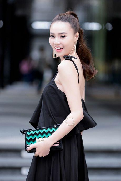 Lan Ngoc khoe nhan sac cuon hut noi bat ca goc pho - Anh 2