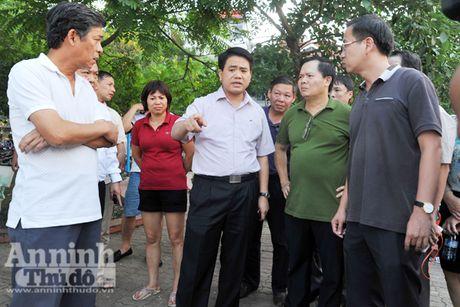Chu tich UBND TP Nguyen Duc Chung truc tiep thi sat, chi dao khac phuc tinh trang ca chet o ho Tay - Anh 1