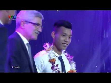 Bi xuc pham tai Gala, HLV Huu Thang bo ve giua chung - Anh 1
