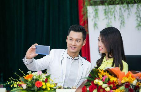 Tan Hoa hau My Linh xinh dep ruc ro, 'ket doi' cung Duc Tuan trong du an quang ba du lich - Anh 9