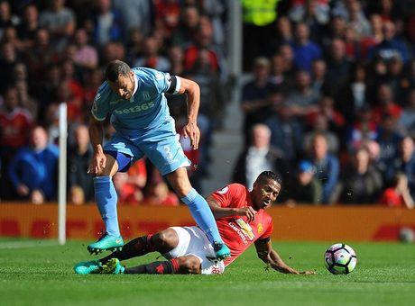 Chum anh tran hoa that vong cua Man Utd truoc Stoke City tren san nha Old Trafford - Anh 5