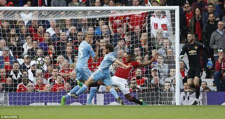 Chum anh tran hoa that vong cua Man Utd truoc Stoke City tren san nha Old Trafford - Anh 9