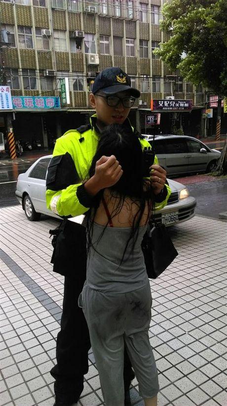 Chang canh sat bat ngo lam goi om cho co gai that tinh - Anh 2