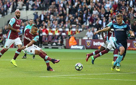 Clip: Dimitri Payet re qua 5 cau thu Middlesbrough ghi ban - Anh 1
