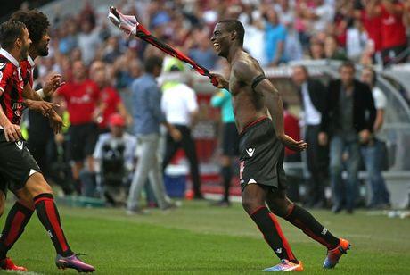 Diem tin sang 03/10: Balotelli lap sieu pham roi nhan the do, M.U co the thang Stoke 7-0 - Anh 1
