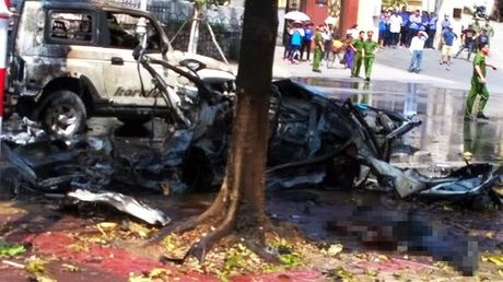Tin moi nhat vu no taxi o Quang Ninh: Xe con da het han dang kiem - Anh 1