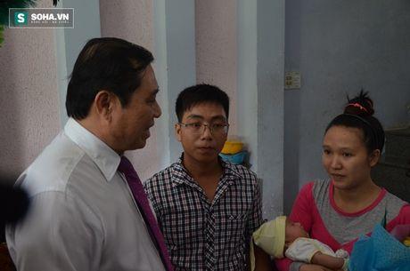Chu tich Da Nang den tan nha trao giay khai sinh cho tre - Anh 3