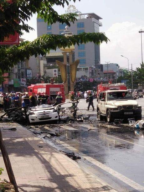 Xe taxi phat no kinh hoang giua thanh pho Cam Pha - Anh 5