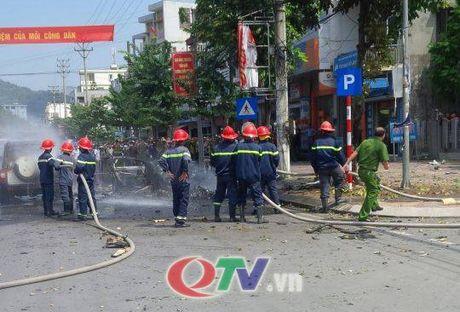 Quang Ninh: O to no lon giua duong pho Cam Pha, 2 nguoi chet - Anh 7