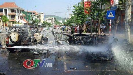 Quang Ninh: O to no lon giua duong pho Cam Pha, 2 nguoi chet - Anh 8