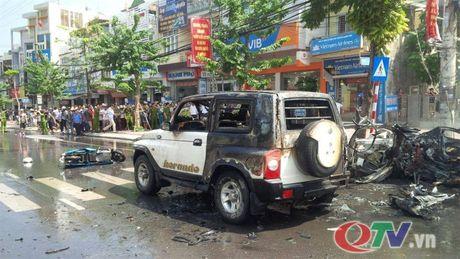 Quang Ninh: O to no lon giua duong pho Cam Pha, 2 nguoi chet - Anh 9