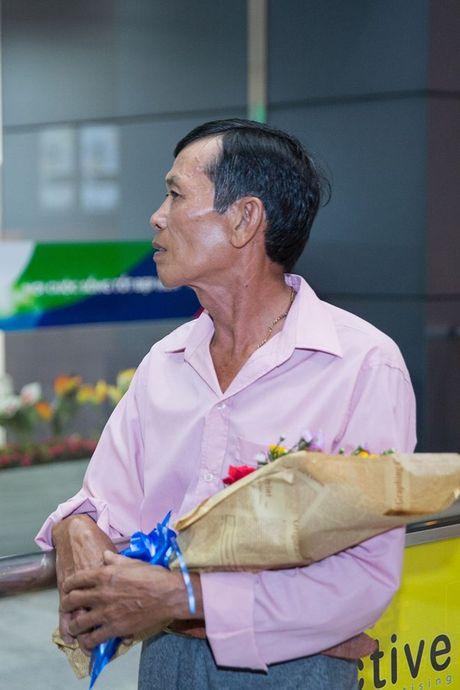 Khanh Ngan diu dang ra san bay don A vuong Ngoc Tinh ve nuoc - Anh 2