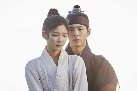 Cap doi 'May Hoa Anh Trang' cung nhau nhan giai APAN ngay tai phim truong - Anh 2