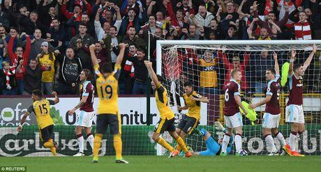 Arsenal thang tranh Burnley kieu 'tang gia boi roi' - Anh 1