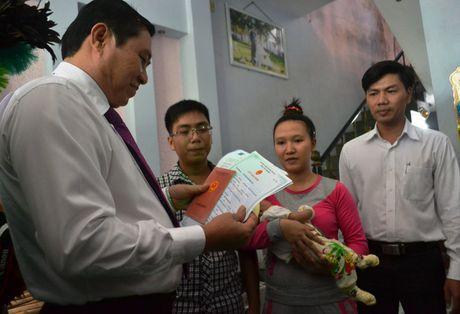 Chu tich TP Da Nang den tan nha dan trao giay khai sinh - Anh 2