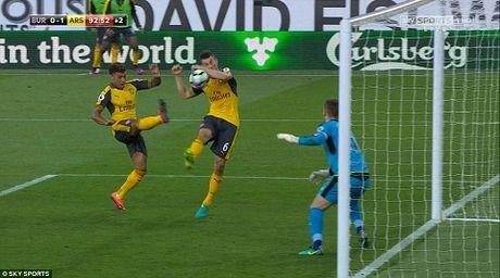 Wenger thua nhan Arsenal da may man khi thang Burnley - Anh 1