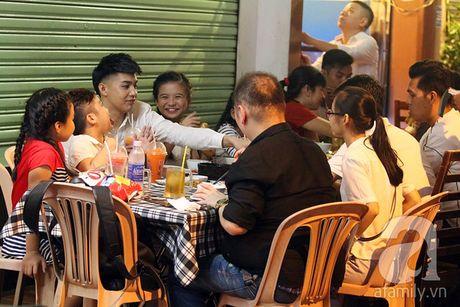 """Noo Phuoc Thinh thoai mai dua cac hoc tro """"The Voice Kids"""" di an khuya - Anh 1"""