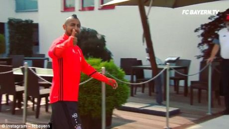 Sao Bayern Munich sut bong qua hang rao sat ghi ban 'sieu ao' - Anh 5