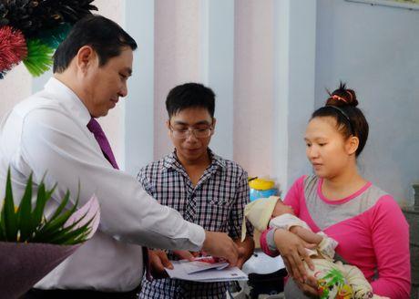 Chu tich Da Nang truc tiep trao giay khai sinh cho tre - Anh 1
