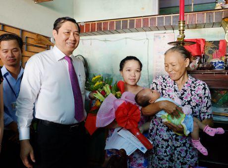 Chu tich Da Nang truc tiep trao giay khai sinh cho tre - Anh 2