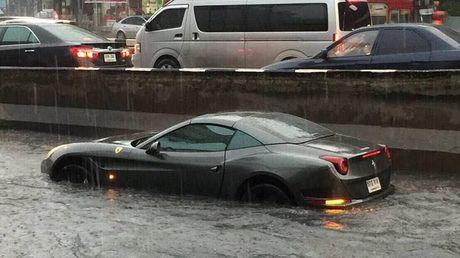 Sieu xe Ferrari California T 'chet duoi' tren duong ngap, cu dan mang thuong xot - Anh 1