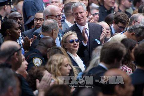 Ba Clinton ghi chat tay mat vu de tranh nga cau thang - Anh 2