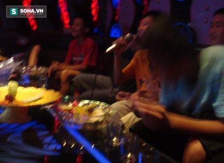 Hat karaoke khong co tien thanh toan, dung ban gai de 'gan no' - Anh 2
