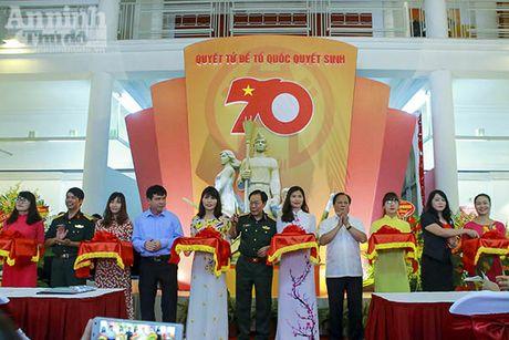 Trien lam anh 70 nam Luc luong vu trang Thu do Ha Noi - Anh 1