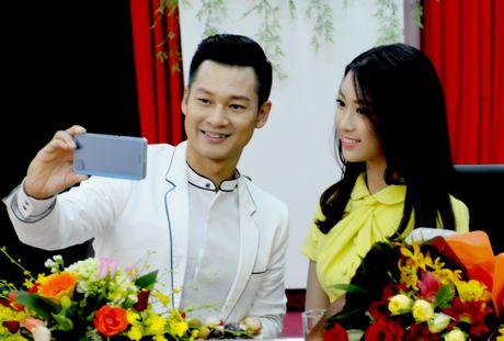 Hoa hau Do My Linh dong canh tinh tu voi Duc Tuan o Ly Son - Anh 1